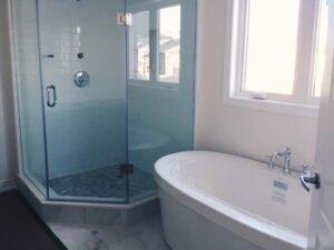 Freistehende Badewanne an der Wand